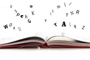 Livre ouvert et lettres qui s'envolent